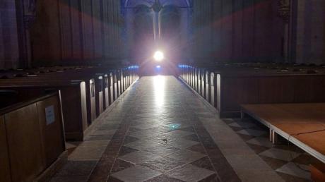 """Blick in das Münsterschiff gen Westen: Hier in diesem sakralen Raum fand der Denkanstoß """"Warten auf ..."""" satt, mit Frank Röder und Anne Simmering."""