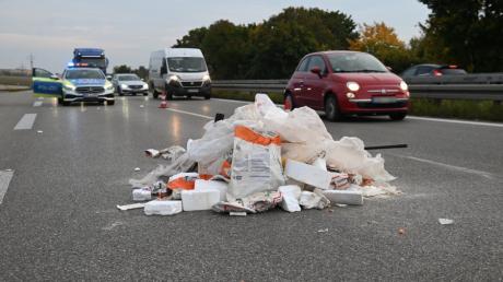 Am Montagabend war eine Fahrspur auf der B10 auf Höhe von Ulm-Lehr durch Müll blockiert.