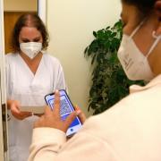 Strenge Zugangskontrollen gibt es am BKH in Günzburg. Neben dem Nachweis für eine Impfung oder Genesung müssen Besucher auch noch einen negativen Test vorweisen.