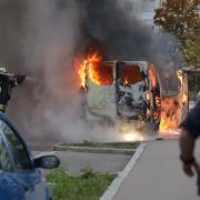 Ein Auto brannte am Donnerstagabend in der Alfred-Nobel-Straße in Augsburg - offenbar wegen eines technischen Defekts.