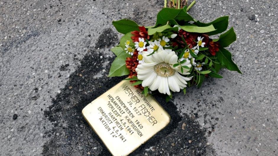 In der Donauwörther Straße erinnert seit dieser Woche ein Stolperstein an Werner Fischer. Er wurde als 13-Jähriger von den Nationalsozialisten ermordet.