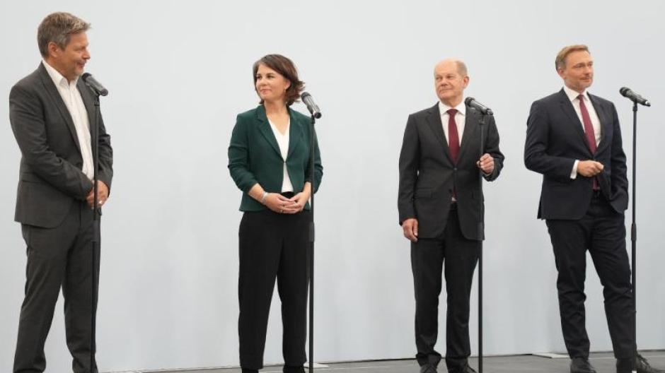 Robert Habeck, Annalena Baerbock, Olaf Scholz und Christian Lindner auf der Pressekonferenz nach den Sondierungsgesprächen.