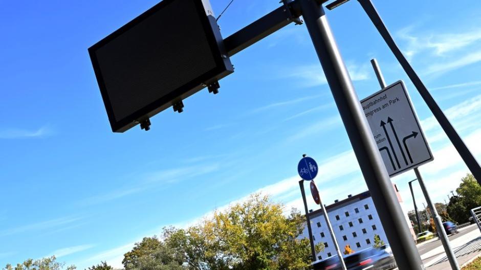 Das neue Verkehrsleitsystem, hier eine Anzeigetafel an der Bgm.-Ackermann-Straße, wird kommende Woche in Betrieb gehen.