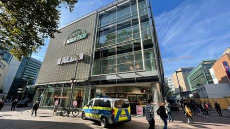Die Polizei hat Galeria Kaufhof in Ulm geräumt.
