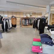 """Im Bekleidungsgeschäft """"Mode für die Frau"""" in der Steubstraße läuft der Räumungsverkauf. Der Laden schließt in wenigen Tagen."""