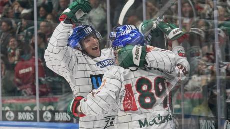 Am Ende jubelten die Augsburger Panther (von links Matt Puempel und Brad McClure). In der Verlängerung fiel die Entscheidung gegen München.