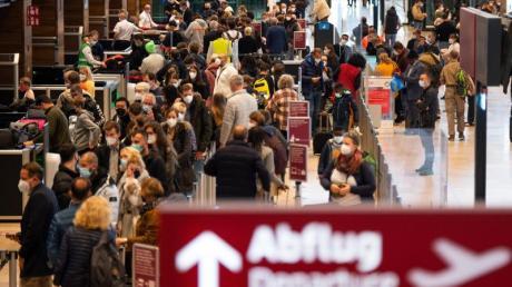 Mehrere Flughäfen in Deutschland erwarten an diesem Wochenende eine weitere starke Reisewelle.