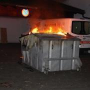 Ein Altpapiercontainer hat am Samstagabend in Aichach gebrannt. Die Feuerwehr Aichach löschte das Feuer.