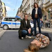 Szene aus dem Tatort heute: Leonie Winkler (Cornelia Gröschel) und Karin Gorniak (Karin Hanczewski) bei Anna Schneider, die auf offener Straße tot zusammengebrochen ist.