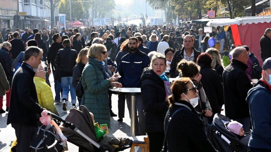 Auf der Neuburger Straße in Lechhausen war am Marktsonntag viel los.