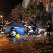 Am Samstagabend musste die Feuerwehr ein brennendes Auto in einer Tiefgarageneinfahrt an der Inninger Straße löschen.