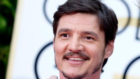 """Pedro Pascal spielt Joel in der HBO-Serie """"The Last of Us"""". In der Vergangenheit war er unter anderem in der Netflix-Serie """"Narcos"""" zu sehen."""