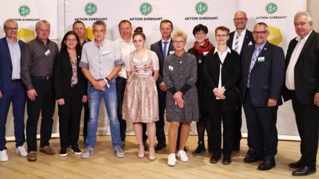 """Der DFB hat Christian Neß (Sechster von links) in den """"Club 100"""" aufgenommen. Links im Bild DFB-Interimspräsident Peter Peters, rechts DFB-Vizepräsident Peter Frymuth."""