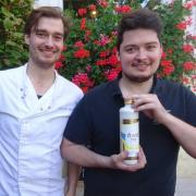 Die Brüder Johannes (links) und Benedikt Diem wollen mit ihrer neuen Kreation, dem Öwo Premium Eierlikör, eine Krumbacher Marktlücke schließen.