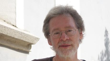 """Aus dem Erfahrungsschatz von vielen kreativen, produktiven Jahren als Komponist, Bühnenmusiker und Liedermacher, kann Markus Munzer-Dorn schöpfen. Und diese Erfahrung prägt sein Buch """"Flugversuche""""."""