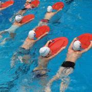 Dass Kinder richtig schwimmen lernen, ist - gerade in einer Region wie dem Landkreis Neu-Ulm mit vielen Baggerseen und Flüssen - wichtig für die Sicherheit der Kinder. Wasserwacht und private Anbieter geben ihr Bestes, um jedem Kind einen Platz im Schwimmkurs anzubieten.