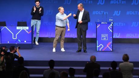 Beim Deutschlandtag der JU: Tilman Kuban  mit Friedrich Merz. Links applaudiert Johannes Winkel, nordrhein-westfälischer Landesvorsitzender der Jungen Union JU.