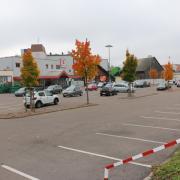 Nicht einmal halb voll ist der Parkplatz des Kauflands in Krumbach. Hier ist ein Kundenrückgang aufgrund des Einbahstraßenversuchs zu spüren, heißt es seitens des Unternehmens.