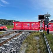 Eine Sichtschutzwand der Feuerwehr Neu-Ulm versperrt den Blick auf den Unfallort am Bahnübergang in Gerlenhofen.