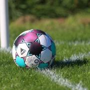 Ein Schiedsrichter ist bei einem Fußballspiel  laut Polizei geschlagen worden.