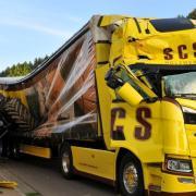 Ein Traktor wurde in Aislingen von einem Lkw gegen eine Hausmauer gedrückt.  Der Schlepperfahrer erlitt  Verletzungen.