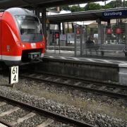 Am Bahnhof Günzburg wurde ein stark alkoholisierter Mann von Passanten von den Gleisen gezogen.
