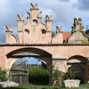 """Rund 17 Jahre lebten die """"Zwölf Stämme"""" auf Gut Klosterzimmern im Landkreis Donau-Ries. Hinter der idyllischen Fassade spielten sich schon damals finstere Szenen ab."""