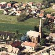 1971 weideten hinter der evangelische Kirche St. Johannes in Königsbrunn noch Kühe. Heute stehen dahinter die Häuser des Generationenparks.