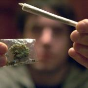 Mehr als drei Kilogramm Marihuana fand die Polizei in Augsburg im Besitz einer Jugendgruppe.