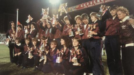 Die Spielerinnen der SSG 09 Bergisch Gladbach mit ihren WM-Pokalen. Spielertrainerin war Anne Trabant-Haarbach (obere Reihe mit Brille).