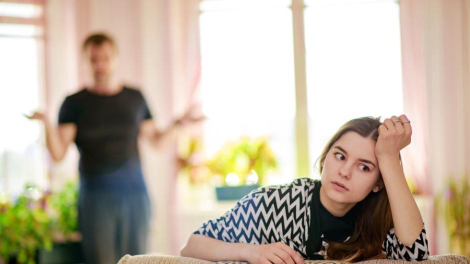 Genervtes Augenrollen, abweisende Haltung: In der Pubertät sind Eltern und Kinder oft nicht auf einer Wellenlänge.