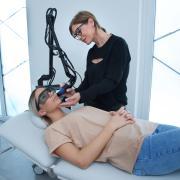 Auf unserem Bild demonstriert Dr. Maja Grahovac eine Behandlung mit dem neuen Laser im Gesicht.