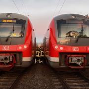 Auf der Bahnstrecke Augsburg-München ist am Freitag ein Zug stehengeblieben. Die Feuerwehr half 300 Bahnreisenden beim Umstieg in den Ersatzzug.