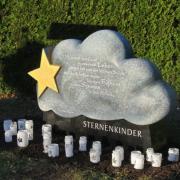 Mit diesem Stein auf dem Nersinger Friedhof sollen  Angehörige einen Ort für ihre Trauer haben. Steinmetzin Sylke Lambert erstellte das Kunstwerk in Form einer Wolke mit einem Stern.