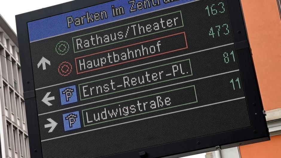 Das neue Parkleitsystem der Stadt Augsburg ist seit Kurzem in Betrieb. Die Kreis-Symbole stehen für Zielgebiete in der Innenstadt, die P-Symbole dann für einzelne Parkhäuser.