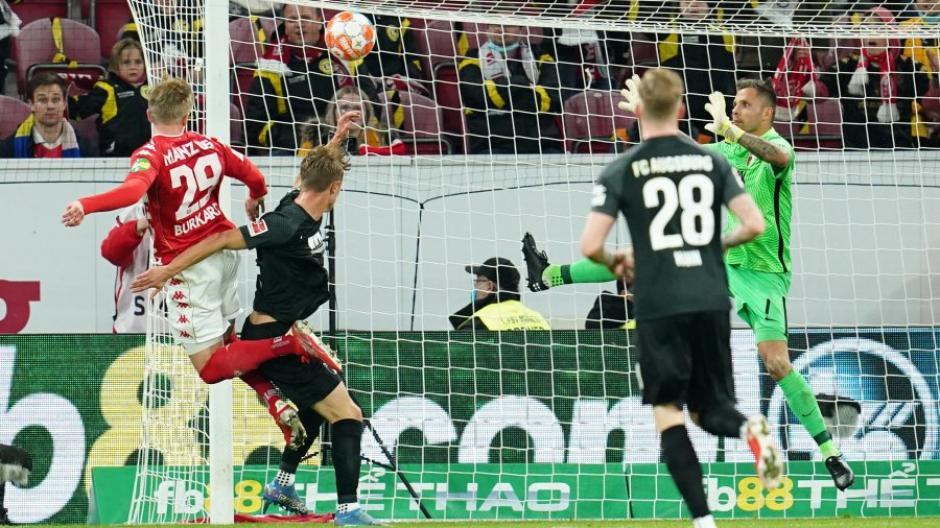 Robert Gumny verliert das Kopfballduell gegen den Mainzer Jonathan Burkardt, Torwart Rafal Gikiewicz kommt zu spät, schon steht es 3:0 für Mainz.