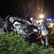 Auf ihrer Fahrt zwischen Tussenhausen und Türkheim ist eine Autofahrerin von der Straße abgekommen und gegen einen Baum geprallt.