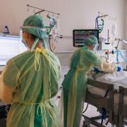 Behandlung eines Corona-Patienten auf der Intensivstation der Augsburger Uniklinik. Die Belastung des Personals ist groß.