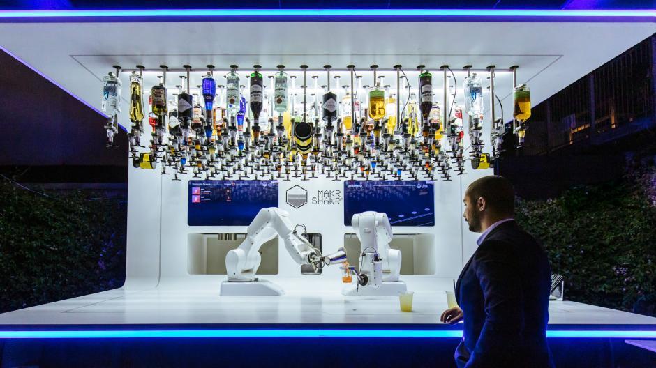 Kuka-Roboter Toni schenkt in Mailand Drinks aus. Der Augsburger Roboter- und Anlagenbauer Kuka wurde vom chinesischen Haushaltsgerätekonzern Midea übernommen.