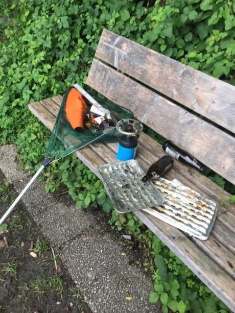 Das ist nur ein kleiner Teil der Hinterlassenschaften, die die Merchinger Fischer am Schwanensee regelmäßig nach den illegalen Partys einsammeln.
