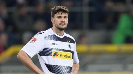 Tobias Strobl steht vor einer Unterschrift beim FC Augsburg.