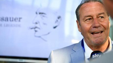 Huub Stevens, ehemaliger Trainer von Schalke, gibt vor der Uraufführung des Assauer-Films in der Veltins-Arena ein Interview.