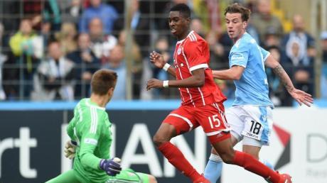 Maxime Awoudja (M) in Aktion. Der Münchner Innenverteidiger hat beim FCBayern einen Profivertrag bis 2021 bekommen.