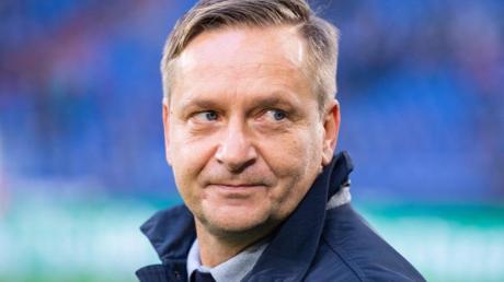 Horst Heldt, Manager von Hannover 96, sorgt sich um die Gesundheit von Nationalspielern bei Länderspielreisen.