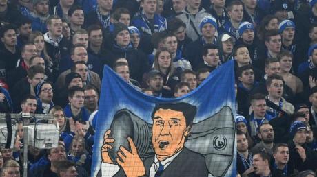 Fans von Schalke trauern mit einem Transparent um den verstorbenen ehemaligen Vereinsmanager Rudi Assauer.