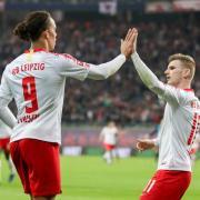 Leipzigs Yussuf Poulsen (l) klatscht nach einem Treffer mit Timo Werner an. Foto: Jan Woitas/dpa