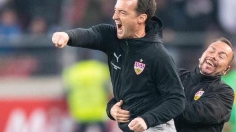 VfB-Coach Nico Willig (l) und Co-Trainer Francisco Vaz freuen sich nach dem Heimsieg.