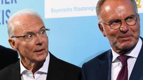 Franz Beckenbauer (l) und Karl-Heinz Rummenigge würdigten Uli Hoeneß zu dessen Amtsjubiläum beim FC Bayern München.