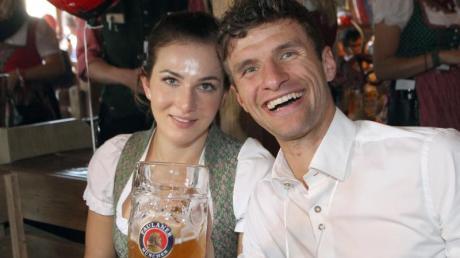 Bayern Münchens Thomas Müller nimmt seine Frau Lisa in Schutz. Foto: Alexandra Beier/Bongarts/Getty Images