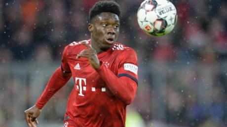 Bayerns Alphonso Davies lockert das taktische Gebilde durch allerlei unbedachte Fehlstellungen auf dem Feld immer mal wieder auf. An seiner Geschwindigkeit aber verzweifeln allerlei Top-Stürmer.